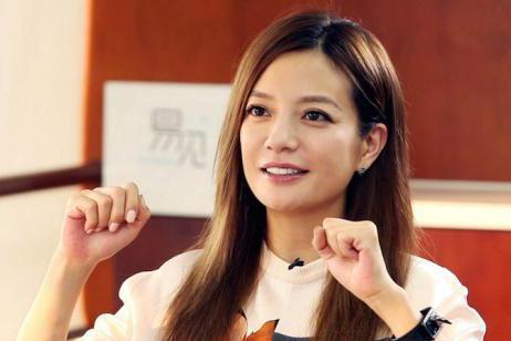 大陸女演員趙薇,當年以瓊瑤電視劇「還珠格格」小燕子的角色,一炮而紅。後來因曾穿日本軍旗衣服、金融惡意操作,被大陸股票市場禁入5年。新浪網