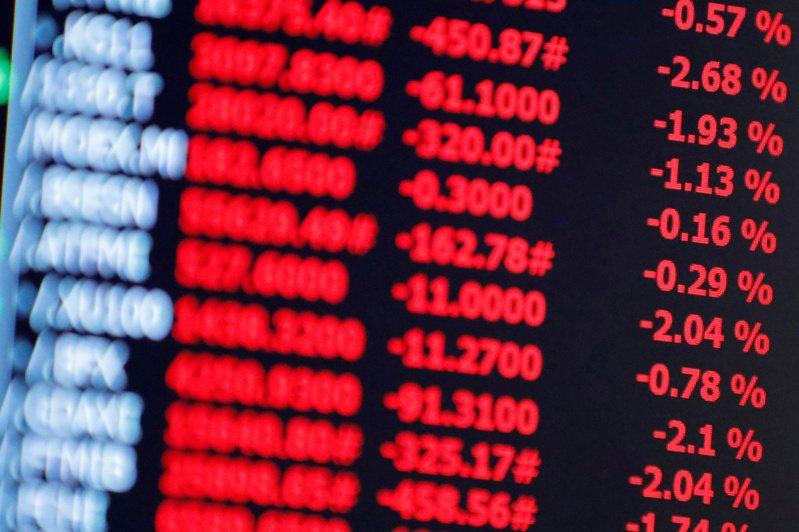 今年投資市況熱絡、美元匯率相對便宜,許多人都搶買投資型保單。路透