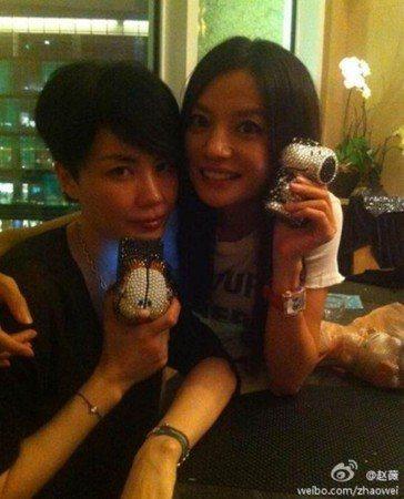 王菲(左)與趙薇是多年好友,但如今連王菲都無法聯繫到趙薇。圖/摘自趙薇微博