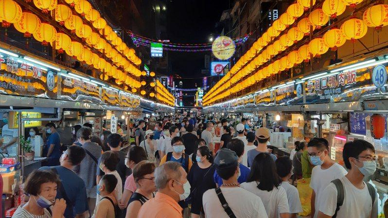近3天本土確診兩度+0,昨晚基隆廟口夜市湧現大批人潮。記者何祥裕/攝影