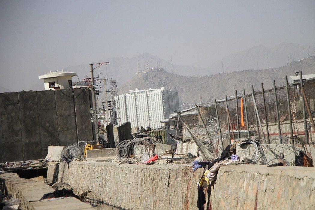 極端組織呼羅珊伊斯蘭國26日在阿富汗首都喀布爾機場外發動自殺炸彈恐攻,造成至少1...