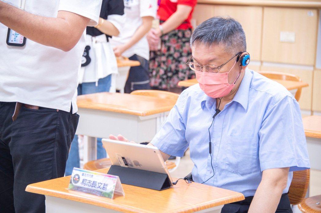台北市長柯文哲前往辛亥國小視察開學前各項防疫工作準備。圖/北市府提供