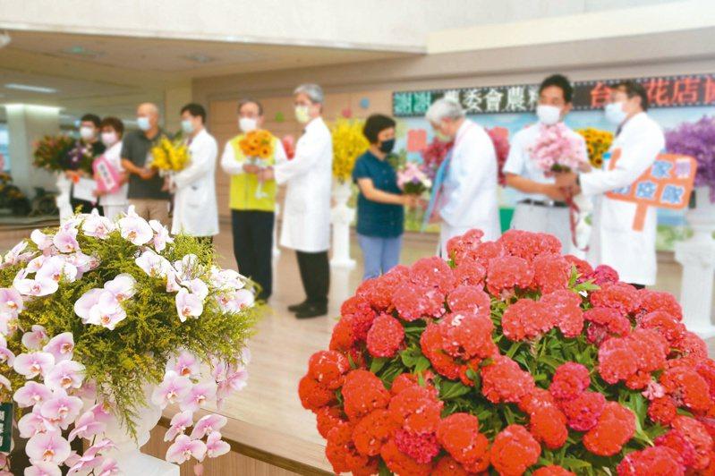 農委會七月起執行慰勞疫苗接種站的「送花計畫」,預計花一千六百萬、送出八萬束花給醫護人員。 本報資料照片