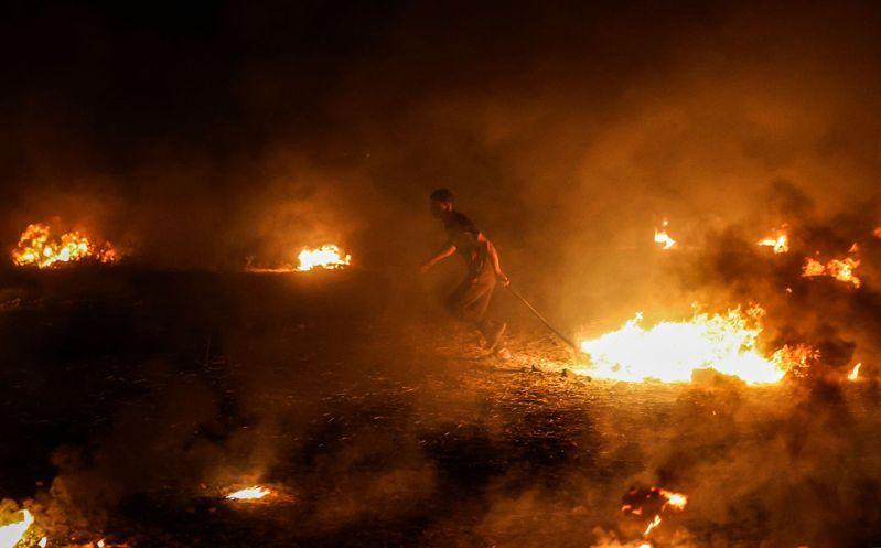 巴勒斯坦人在加薩與以色列邊界焚燒輪胎。 法新社