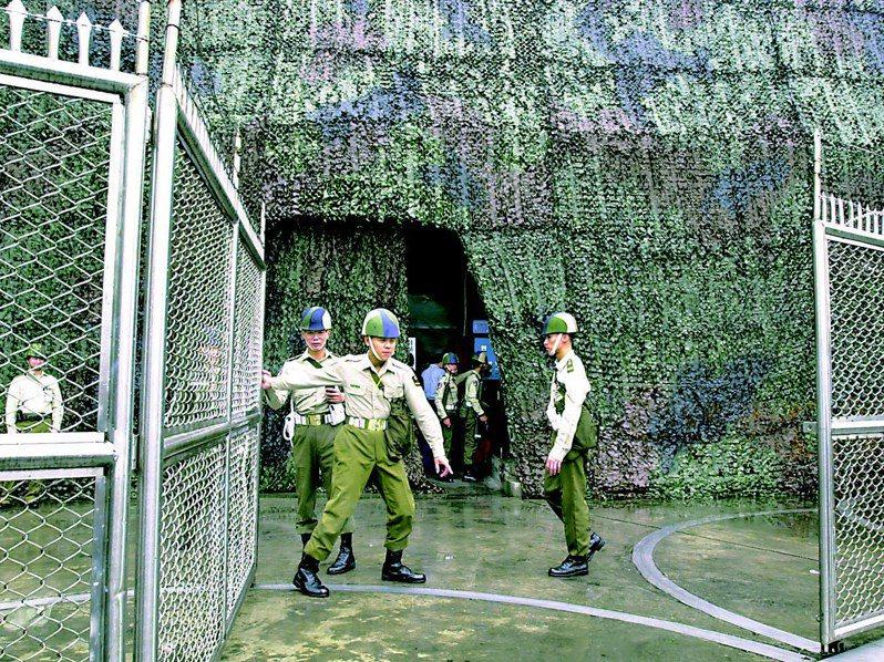 2000年8月29日,陳水扁總統率行政院長唐飛與各部會首長,首度前往「衡山指揮所」視察漢光16號演習兵棋推演,戍守的衛兵在陳水扁與官員進入後,立即關上大門,防止機密外洩。圖/聯合報系資料照片