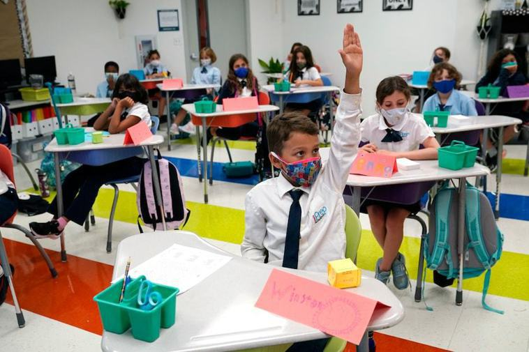 美國加州馬林郡一所小學的一名女教師脫掉口罩朗讀,幾天之內,她班上一半學生都感染了...