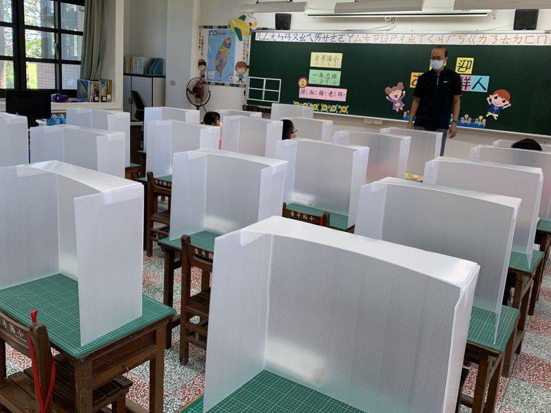 高中以下學校9月1日開學,教育部要求學生全程戴口罩,只有中午用餐時可拿下口罩,並使用隔板用餐。圖/聯合報系資料照片