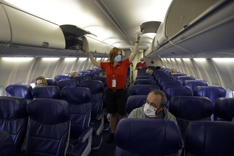 西南航空公司今夏三度引用「緊急請假程序」,要求員工請假前,先由公司醫師確認其病情。圖為西南航空班機。美聯社