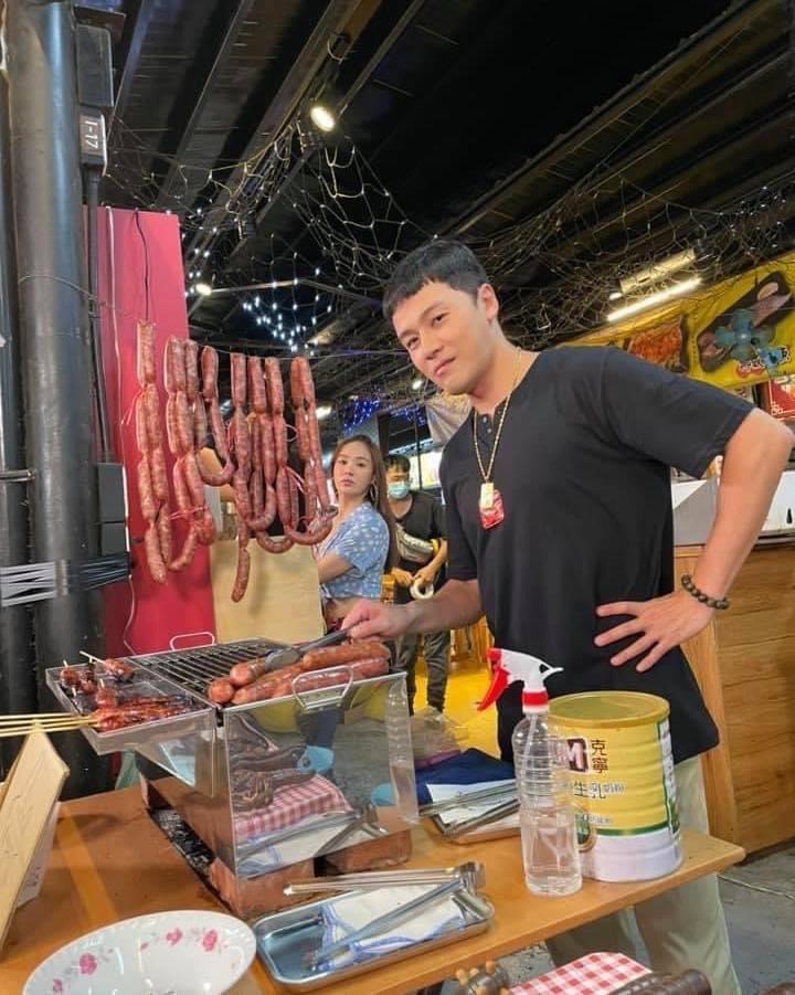 黃文星在「黃金歲月」中飾演夜市賣香場的邦哥。圖/摘自臉書