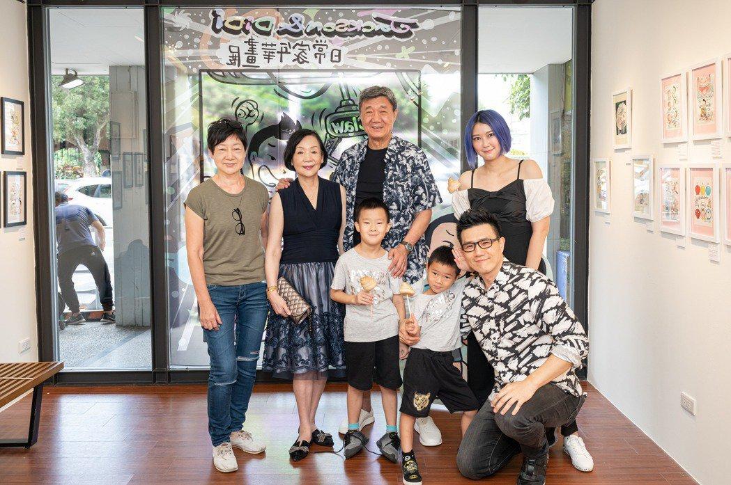 蔣爸爸(後排中)先前出席蔣偉文畫展開幕記者會。圖/艾迪昇傳播提供
