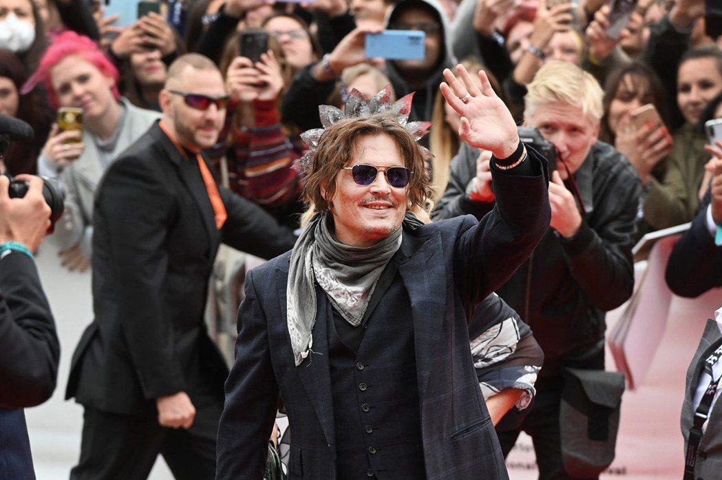 強尼戴普出席卡羅維瓦利影展,仍受到影迷歡迎。圖/摘自facebook