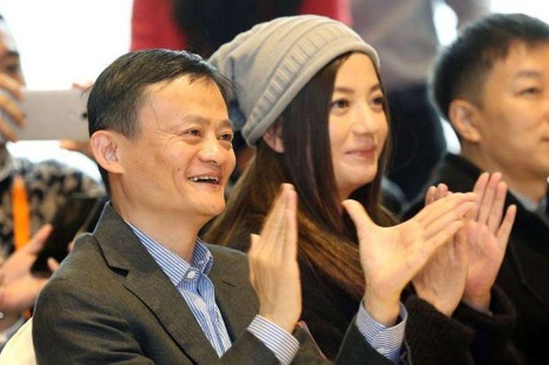 趙薇(右)與馬雲(左)關係密切,更成為投資夥伴。圖/取自鳳凰網