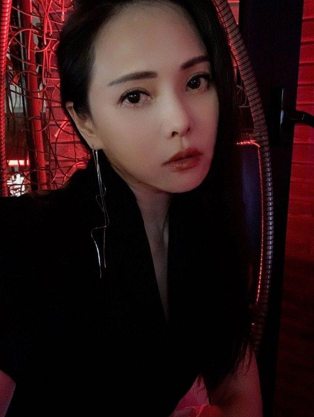 伊能靜PO近照,網友猜疑她有割眼袋。 圖/擷自weibo。