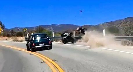 影/驚險一瞬間! 重車騎士超車差點滾落山坡