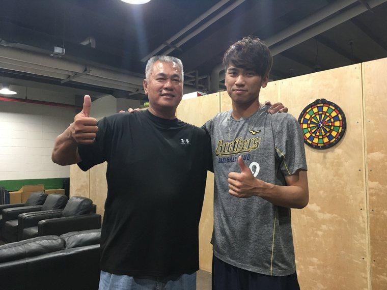 王威晨跟進王光輝披上黃衫,成為中職首對父子檔寫下佳話。圖為2018年王光輝賽前現...
