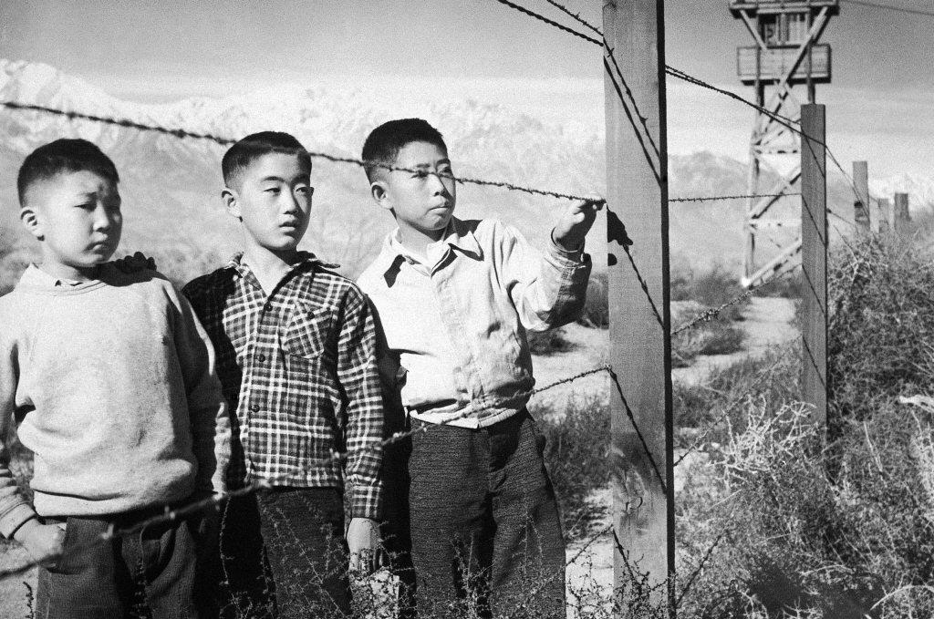 喬治武井以漫畫的形式,重現了二戰年代很大一部分日裔美國人的共通經歷——住在日裔美國人集中營的日子,圖為曼贊納集中營。 圖/美聯社