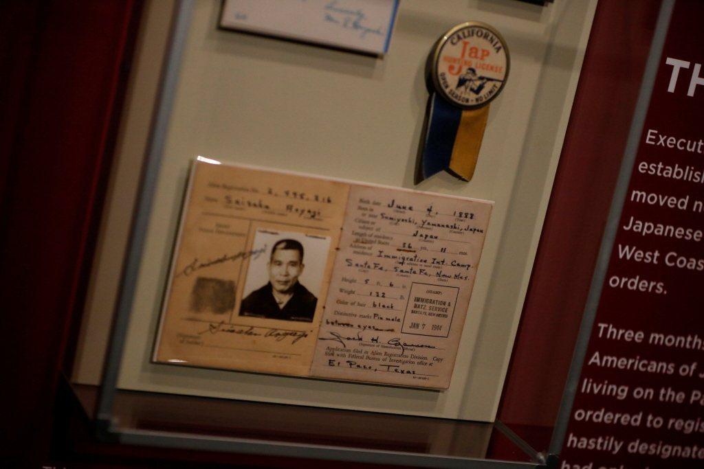 美國國家歷史博物館的「Righting a Wrong: Japanese Americans and WWII」展覽文物。 圖/路透社