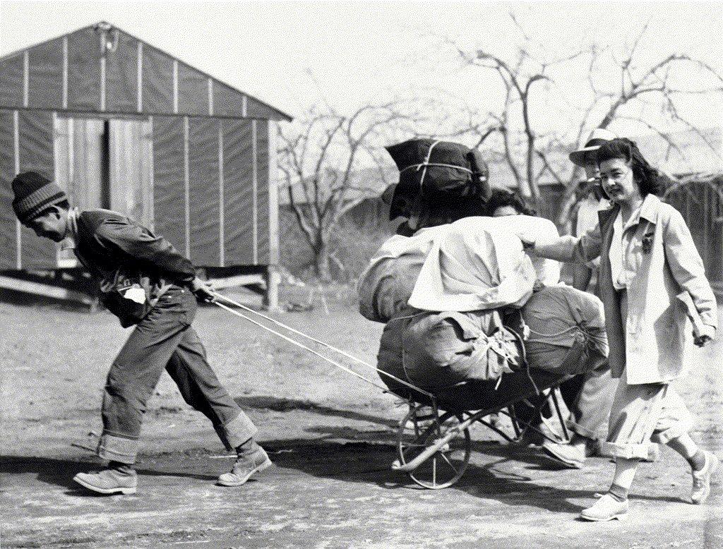 1942年攝於曼贊納集中營。 圖/美聯社