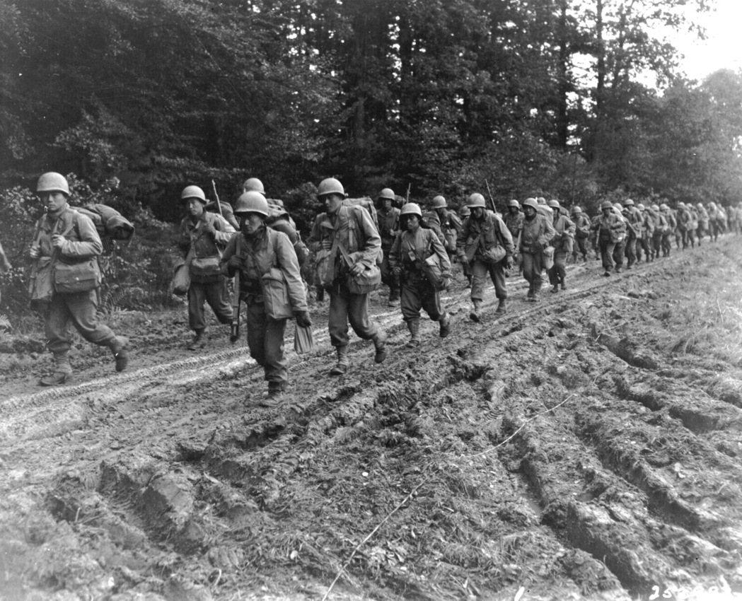 第442步兵戰鬥團的日裔步兵在法國尚布瓦區的一條路上行走,攝於1944年。 圖/維基共享