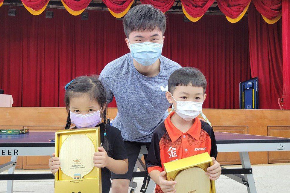 林昀儒回母校 與幼兒園學弟妹切磋球技