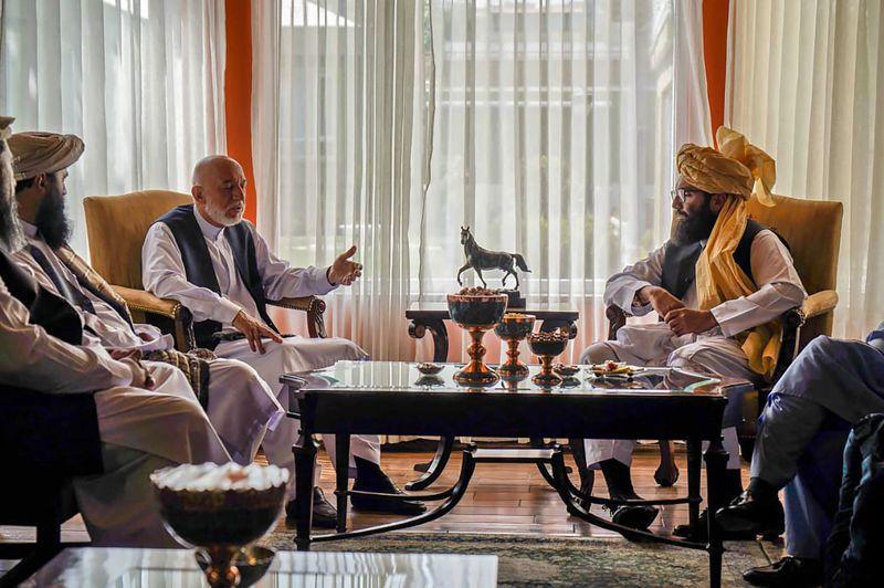 神學士高層領導人哈利勒‧哈卡尼的侄子阿納斯(右)18日代表該組織,與阿富汗前總統卡薩(中左)等阿富汗政府官員會面。法新社