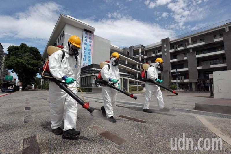 開學日即將到來,台北市環保局對轄內307間公立學校進行環境消毒,今天在明倫高中內對校園走道、操場、廣場等公共空間進行消毒,確保學生上課安全。記者許正宏/攝影