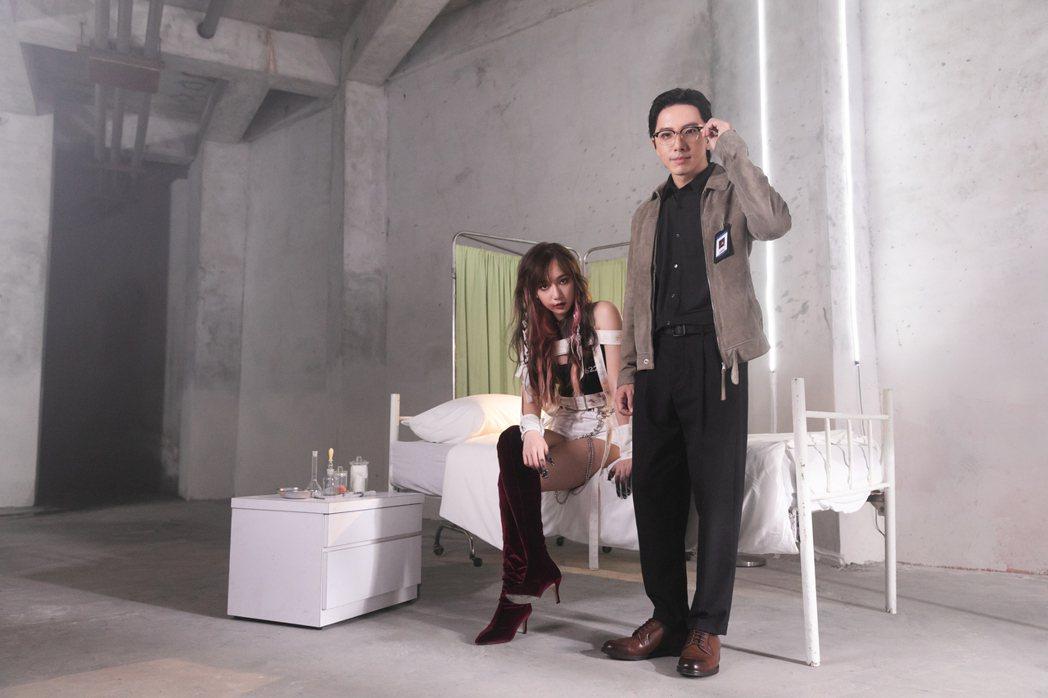 吳卓源(左)請到坤達跨刀合作新歌「精神分裂」MV。圖/華風數位提供