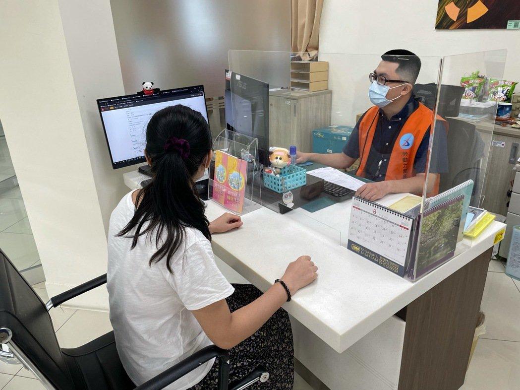 勞動部勞動力發展署桃竹苗分署新竹就業中心,運用「安心即時上工」助民眾立即就業。圖...