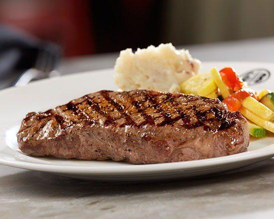 火烤紐約客牛排,售價1,280元。圖/吉比鮮釀餐廳提供。