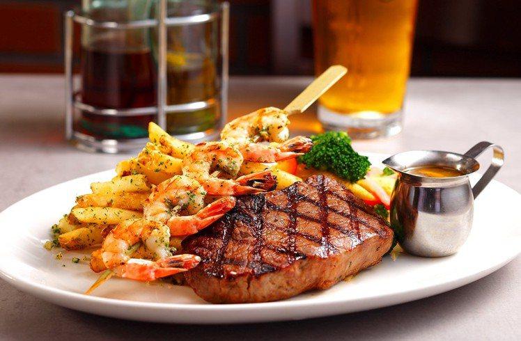 碳烤牛排佐鮮蝦,售價880元。圖/吉比鮮釀餐廳提供。