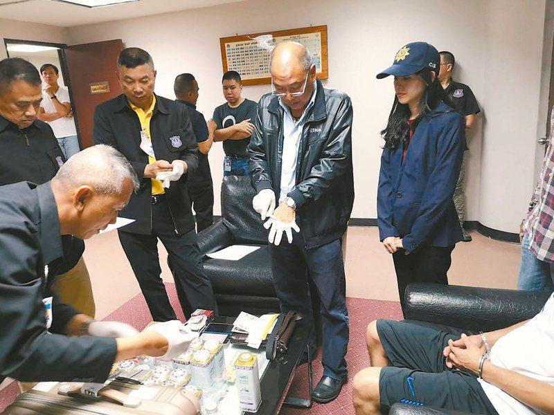 陳姓及謝姓男子前年在泰國機場被攔截,起出走私海洛因,泰警戴起手套查驗贓物。記者廖炳棋/翻攝
