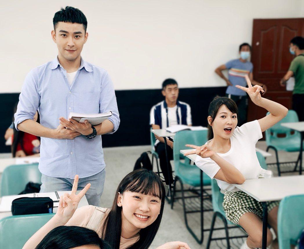 潘柏希(左起)、吳鈺萱、謝京穎在「黃金歲月」中演出醫學院同學。圖/民視提供