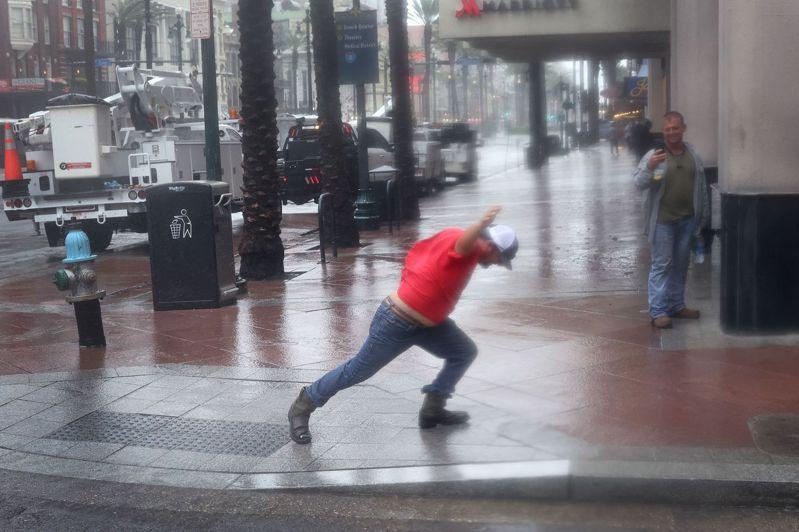 颶風「艾達」29日狂襲紐奧良市,一名電力公司維修人員頂著強風去搶修。法新社