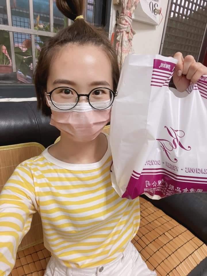 LuLu素顏買麵包,竟被粉絲誤認是妹妹。圖/摘自臉書