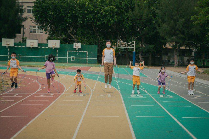 新竹市長林智堅(中)日前穿上小學制服與國小生一起互動玩跳繩。圖/新竹市政府提供