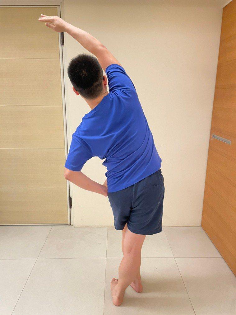 髂脛束伸展 (1)。圖/陳渝仁提供