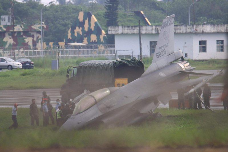 漢光演習戰備跑道預演出狀況,編號6829的F-16戰機衝出跑道栽進土裡,消防車趕往救援。圖/讀者提供
