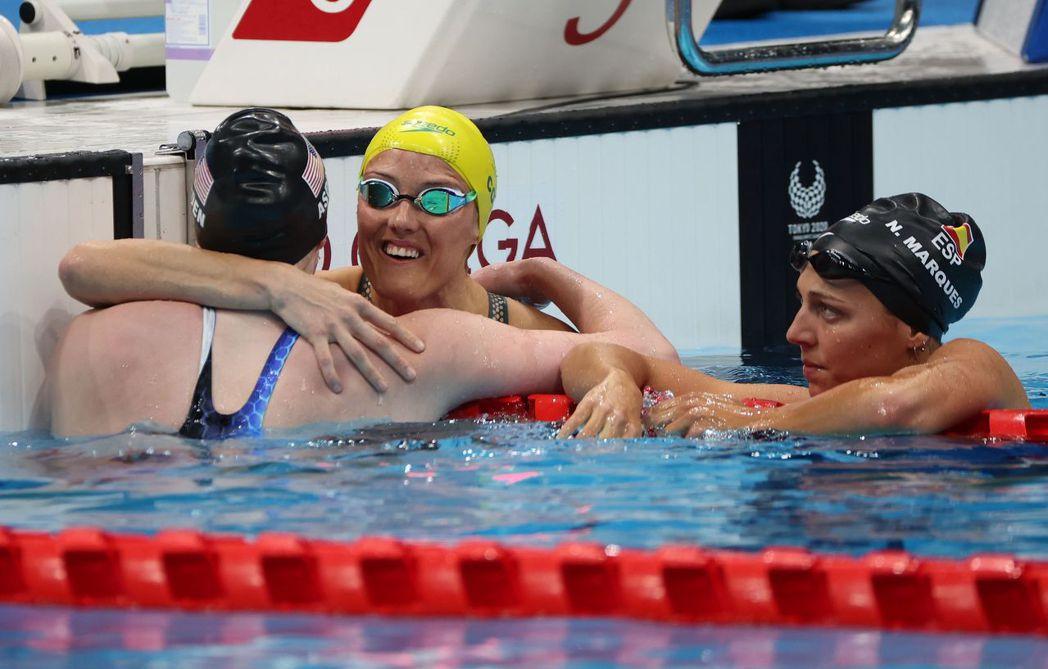 澳洲金牌游泳選手與輪椅籃球運動員艾莉(圖中戴黃帽者)說:「我媽沒看過任何身障人士,她害怕我的人生失去機會。」 圖/路透社