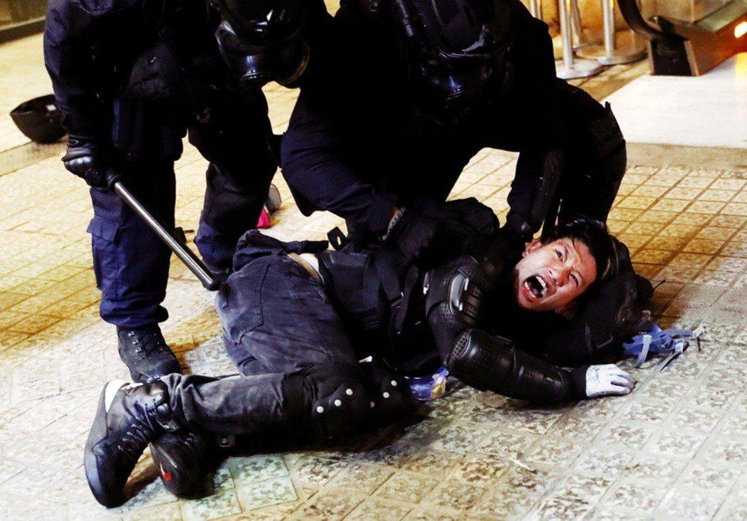 圖為當晚831衝突中,被警察壓制的示威者。 圖/路透社