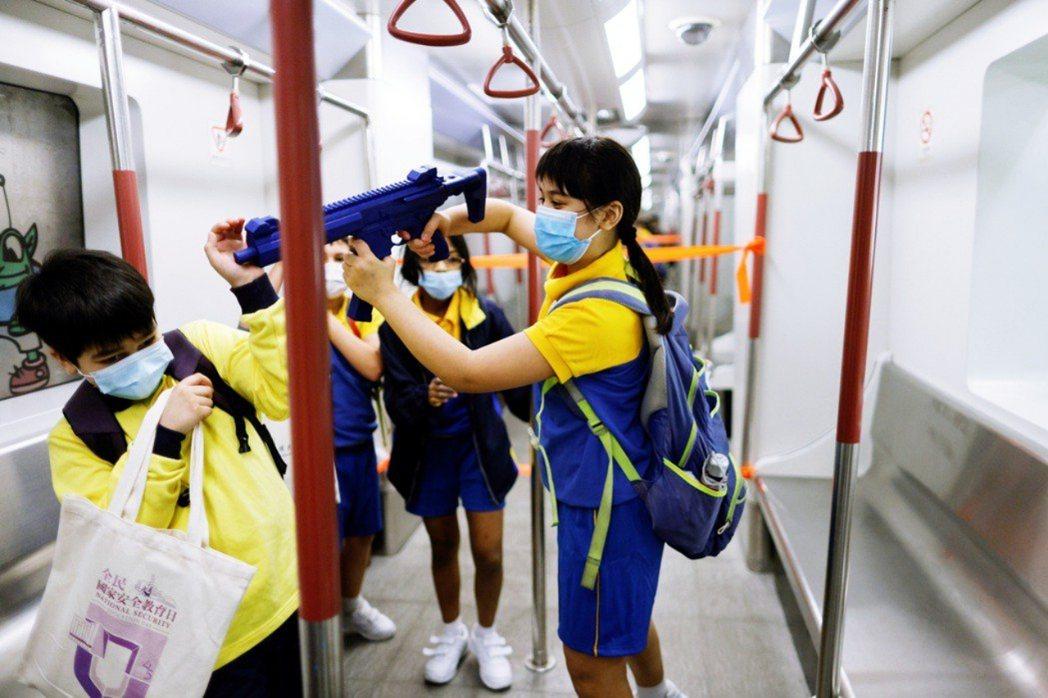 在今年4月15日的全民國家安全教育日裡,最為外界所爭議的焦點在於:小學生也進入地...