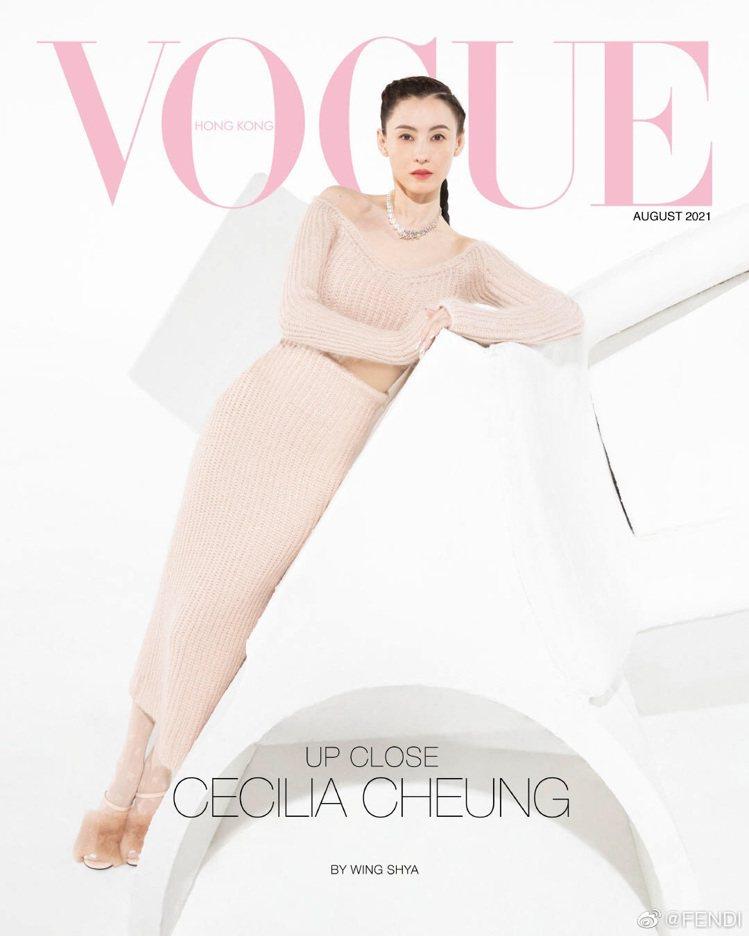張柏芝身穿FENDI裸色針織裙登上香港《VOGUE》封面。圖/取自微博