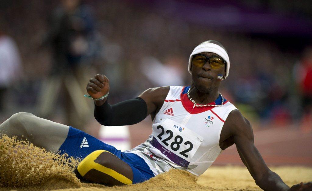 身為黑人的跳遠選手阿雷茲(Jean-Baptiste Alaize),則不斷遭遇雙重且複雜的歧視,直到運動拯救了他。 圖/法新社