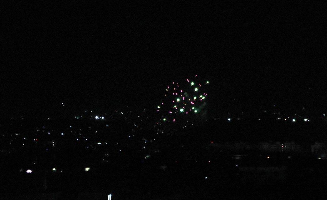 圖為最後一批美國軍隊撤離後,塔利班鳴槍慶祝。 圖/歐新社