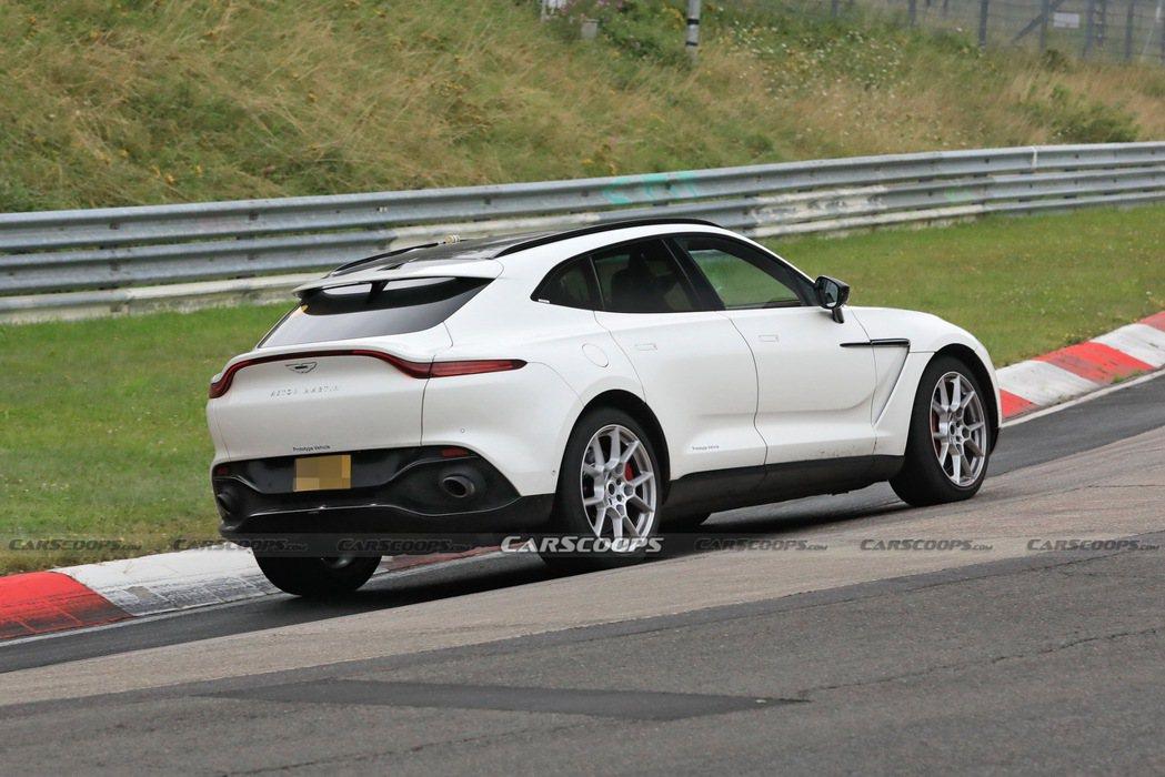 全新Aston Martin DBX Hybrid現正測試中。 摘自Carsco...