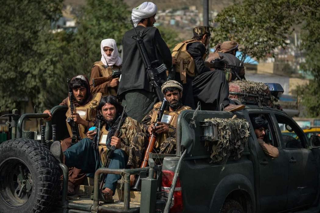 圖為在美軍撤軍後,在喀布爾街頭巡邏的塔利班。 圖/法新社