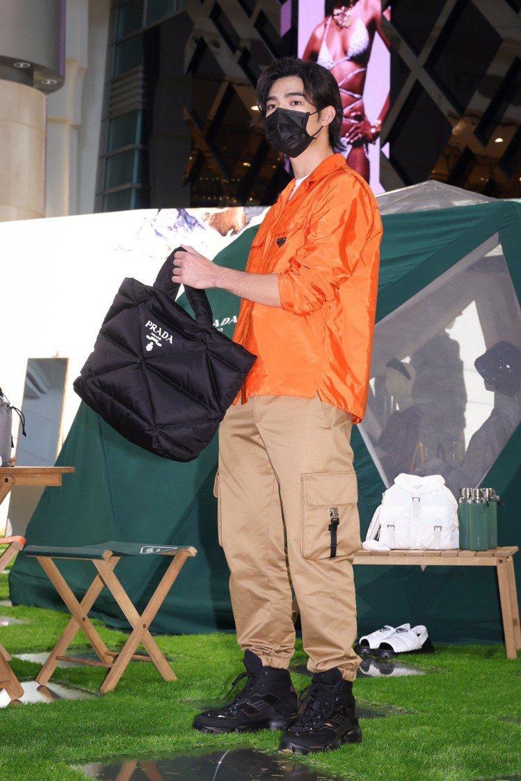 陳昊森演繹再生尼龍橘色襯衫50,000元、T恤22,000元、斜紋布口袋長褲40...