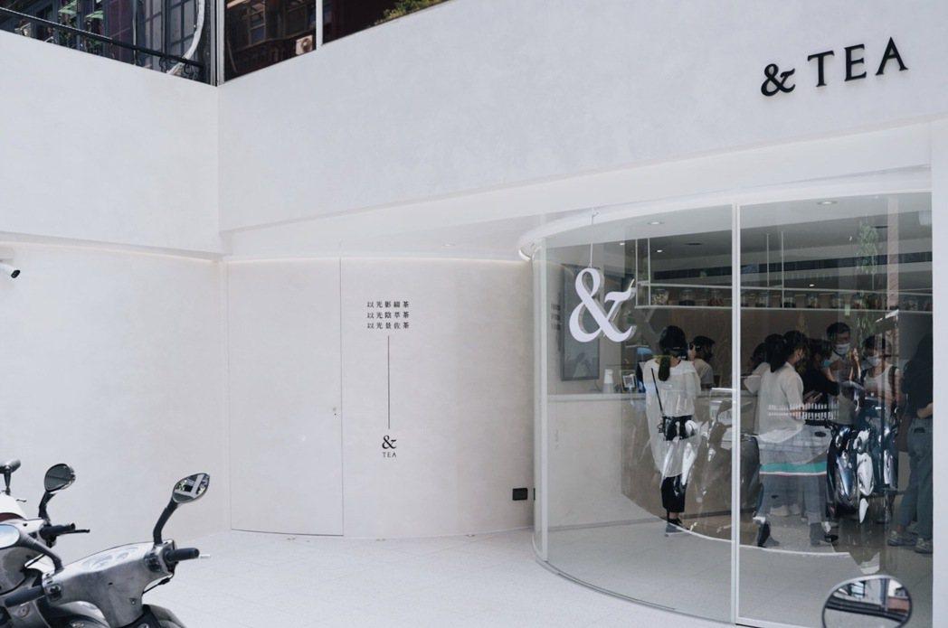 以符號「&」為核心延伸弧形概念,外牆運用凡倫提諾藝術塗料創造自然紋理。 圖/沈佩...