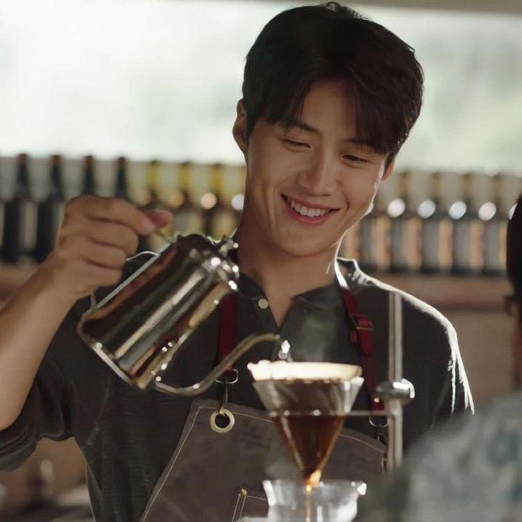 「極品工具人」還會綻放帥氣高顏值的笑臉煮咖啡,金宣虎身穿DOUBLE RL針織衫...
