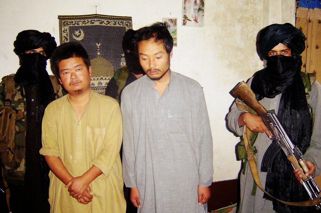 圖為在阿富汗-巴基斯坦邊境,被巴基斯坦塔利班武裝綁架的中國公民。隨著阿富汗塔利班...