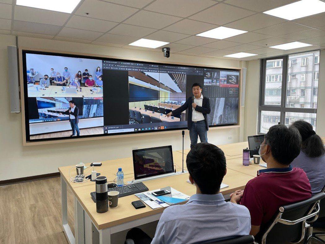 卡訊總經理洪誌臨(右前站立者)向來賓解說智慧會議系統功能。 卡訊/提供